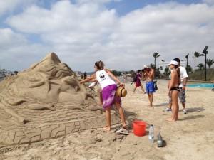 Escultura de arena de un delfín en la playa como símbolo de la fragilidad de la riqueza marina