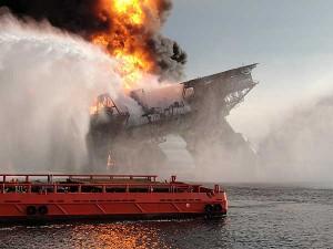 Los equipos tratan de apagar el fuego de la plataforma petrolífera 'Deepwater Horizon' (National Geographic)